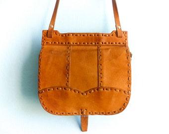 Vintage 70s leather purse / light brown caramel / tan tanned / small crossbody messeger saddle purse bag / festival hippie boho bohemian