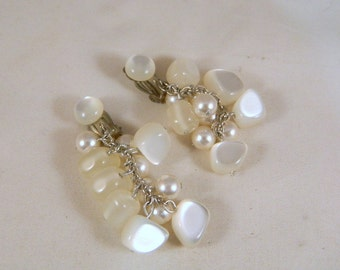 White Moonglow Thermoset Dangle Chandelier Earrings / Vintage Moonglow Earrings / Lucite Earrings / White Japan Clip On Earrings