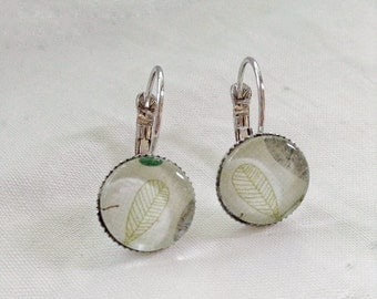 Minimalist leaf green tone on tone, small earrings cabochon 12 mm, made in Quebec, minimalist zen floral pattern, for it