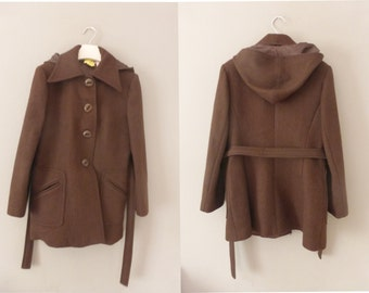 70s hooded coat. L size. Women's brown woolen midi coat with 2 front pockets. Fully lined belted outwear. In a very good vintage condition.