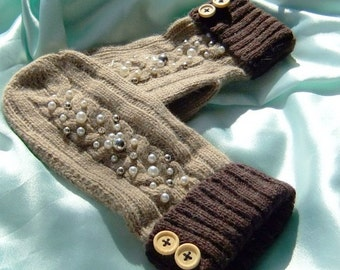 Mitts with beading in Brown