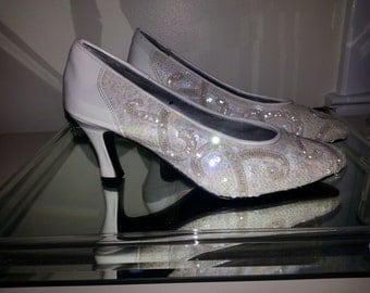 Sparkles! Iridescent White Sequin Formal Wedding Pumps size 9B. Better than glass slippers, Bring on the Bling for your tooties!