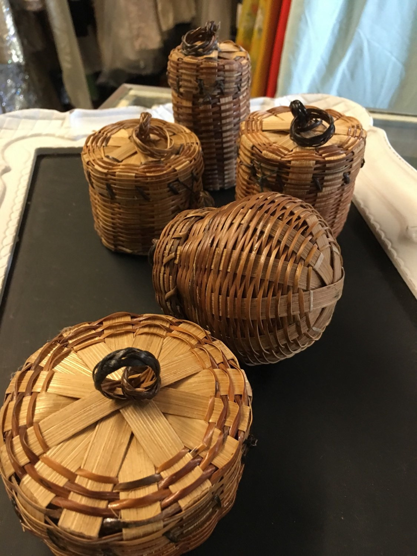 bulk lot 5 small wicker baskets with lids wedding craft supply. Black Bedroom Furniture Sets. Home Design Ideas