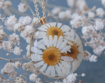 Daisy resin pendant, real pressed flower, botanical jewelry, flower necklace, floral necklace, nature inspired jewelry, dried flower pendant