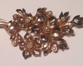 Vintage 1980's Gold Tone Metal & Faux Pearl Brooch. In Very Good Condition.