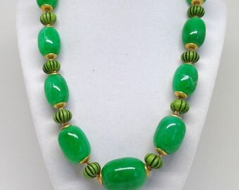 Gorgeous Vintage Green Lucite Bead Bright Chunky Retro Statement Necklace