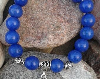 54) Bracelet de turquoises teintées bleues ciel avec breloque main protectrice hamsa