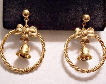 Avon Christmas Bell Hoops Pierced Stud Earrings Gold Tone Vintage Twisted Ribs Open Rings Ribbon Bow Round Top Bead Dangles