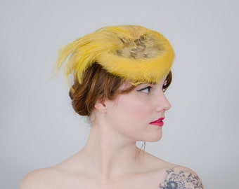 1940s vintage hat / yellow feathered tilt hat / Meadowbrook