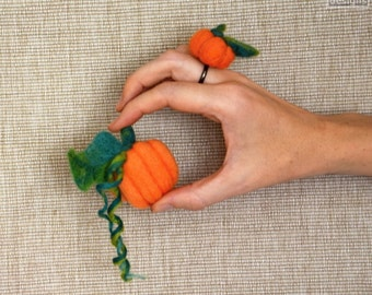 Pumpkin brooch, orange felted pumpkin, Halloween jewelry, needle felted brooch, eco friendly, Pumpkin jewelry, fun brooch