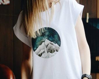 Mountain t-shirt imprimé, Zodiac impression t-shirt, t-shirt de voyageur, vue de ciel la nuit, cadeau unisexe pour femme, coupe boyfriend, bestie, fiancé