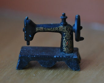 Miniature singer sewing machine - Dollhouse miniature sewing machine