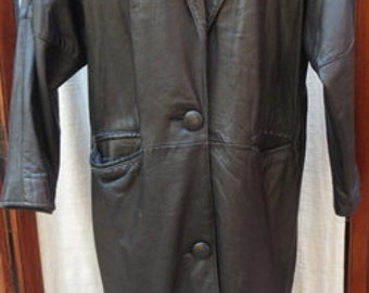 VINTAGE 1970s BLACK LEATHER Overcoat with padded shoulders and dolman sleeves WWC040