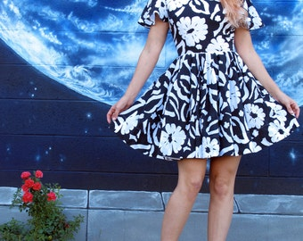 1950s bold DRESS painting full circle floral pinup roses midi fitted ruffle vintage // size small / xs