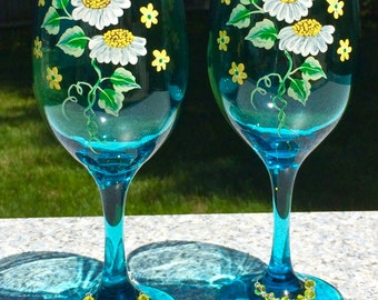 Hand Painted Wine Glasses With Daisies and Free Wine Glass Charms, Christmas Gift, BFF Gift, Birthday Gift, Wedding Gift, Anniversary Gift