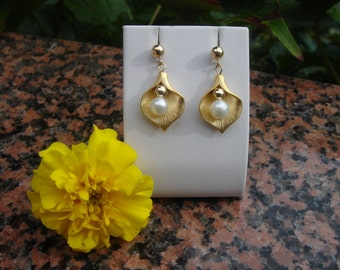 Gold Stud Earrings in 585 gold filled with freshwater pearl and gold bead in Calla flower