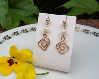 Gold Earrings, yellow gold 585, with spiral and Freshwater Pearl, summery and classy!