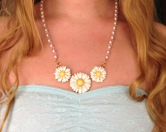 Daisies and Pearls Beaded Necklace