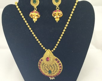 DL 008 Pretty gold necklace with red and green stones