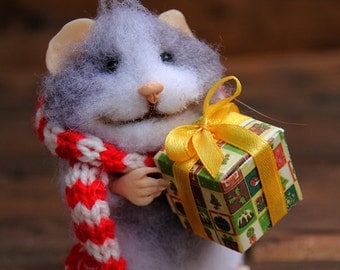 needle felted realistic christmas mouse in scarf with gift, winter mouse, felted mouse,, felted toy, felt animal, collectable miniature,