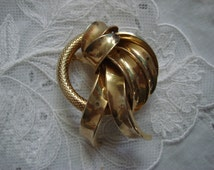 Vintage Curls Scarf Brooch, 1950s, Gold 3D Circle & Curls Design, Perfect for that Vintage Wardrobe ~