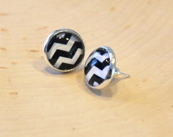 Pendant ears cabochon glass 12 mm - sleeper - stem earrings - herringbone pattern black and white