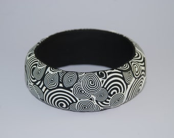 Bracelet of clay polymer with black and white spiral design