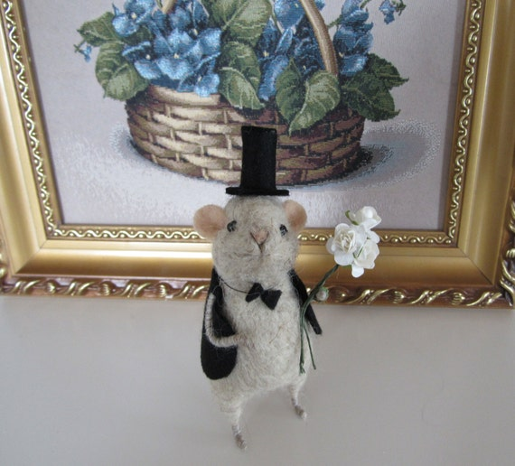 Mouse in hat Cute mouse with bouquet Gift Toy handmade Mouse is made of wool