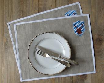 Oktoberfest Platzset Bayern Raute blau weiß Leinen mit Wappen und Hirsch Stickerei Picknick Accessoires Rückseite Vichykaro hellblau