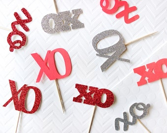 12 XO Valentine's Day Cupcake Toppers // Valentine's Day Toppers // XO Cupcakes // XOXO // Valentine's Day Cupcakes // Hugs and Kisses