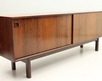 Danish Mid-Century Modern Low rosewood model 21 sideboard by Gunni Omann, Denmark