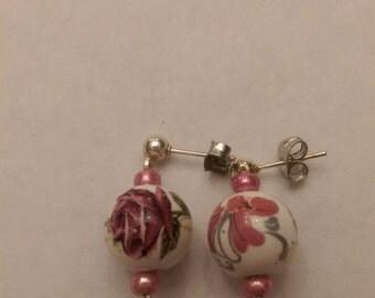 Painted bead earrings - rose.