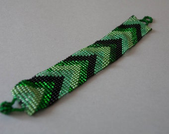 Green Arrow Geometric Pattern Beaded Bracelet Medium Size