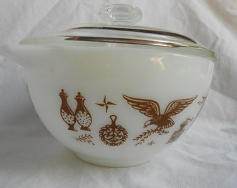 Early American Pyrex bowls (set of 2)