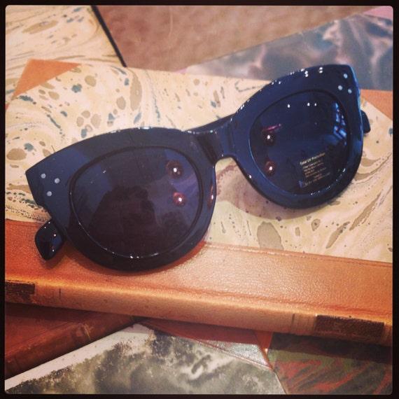 Retro sunglasses: 40's style black plastic.