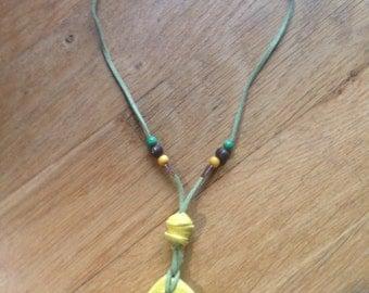 Ciondolo in ceramica con foglia gialla/ Clay pendant with yellow leaf