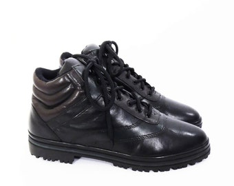 90's lace up ankle boots // lug sole hiking boots // padded cuffs // color block black leather // women's size 7.5 - 7 1/2