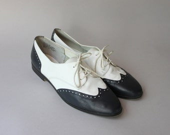 Vintage Wingtip Flats / 1980s Leather Oxfords / 80s White and Navy Wingtip Brogues