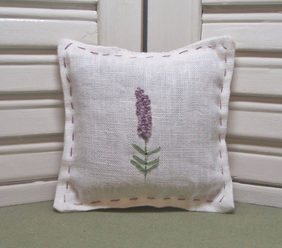 Lavender sachet, embroidered with flowers, drawer sachet, handmade gift, filled with 100% dried lavender for a lovely, relaxing aroma