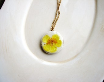 Buttercup Necklace, Pressed Flower Necklace, Yellow Flower Necklace, Resin Jewelry, Pendant Necklace, Nature Lovers Gift, Bridal Jewelry