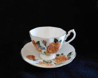 Queen Anne  Gold Trim Tea Cup Yellow Rose Fine Bone China Made in England No. 2886/17 Beautiful
