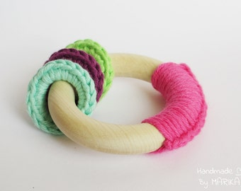 Organic wooden and crochet teething toy - baby teething ring - pink organic cotton yarn and wood