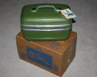 NOS 1960s Socialite brand Beauty Makeup Train Case, Hard Shell, Avocado Green, With Keys, US Luggage Co., Never Used, Original Box!