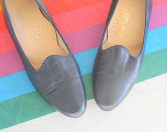 1960s BLUE LEATHER Heels....size 8 women...kittens. designer heels. blue heels. shoes. pumps. 1960s. classic. mod. retro. ladies. navy blue