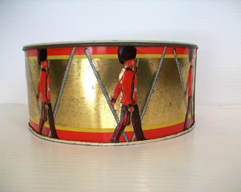 vintage tin with British soldiers . vintage drum tin for decor . British soldier tinbox . gold tin box with soldiers . vintage storage box