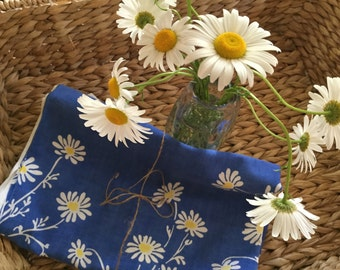 Sweet vintage 40s floral tablecloth blue and daisies ! Picnic! Tag Queen Anne on Indian Head Nashua