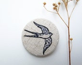 Embroidered swallow -  Pin Bordado - embroidery - silkscreen and embroidery - andorinha