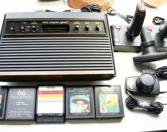 Vintage Atari 2600 console + 2 controllers + 2 Paddles + all cables + 5 games. Complete set.