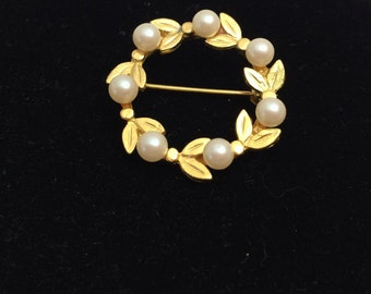 FAUX Pearl Wreath Brooch,  Antique Gold Tone,  Fine Vintage Jewelry, item no B032