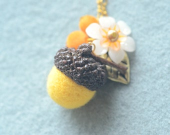 Needle felted acorn necklace, woodland theme acorn and flower necklace, yellow acorn white flower, whimsical jewelry, gift under 15
